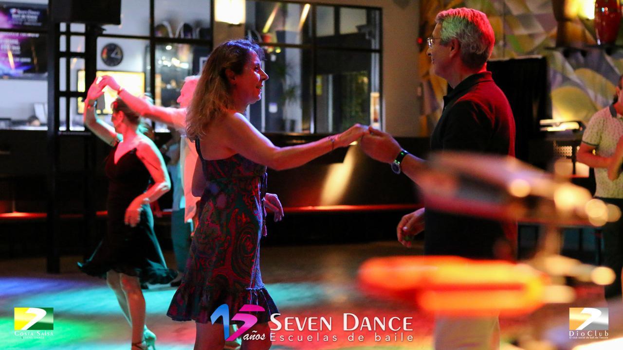Clases de prácticas de bailes de salón,  Javier Castro realizará una taller de Salsa y también ameniza y asesora la sesión de prácticas de bailes de salón con una gran selección de estilos:  Chachacha, Tango, Bolero, Samba, QuickStep, ValsInglés, Pasodoble, Jive / RockandRoll, Foxtrot, Sevillanas, Salsa, Bachata, Swing.