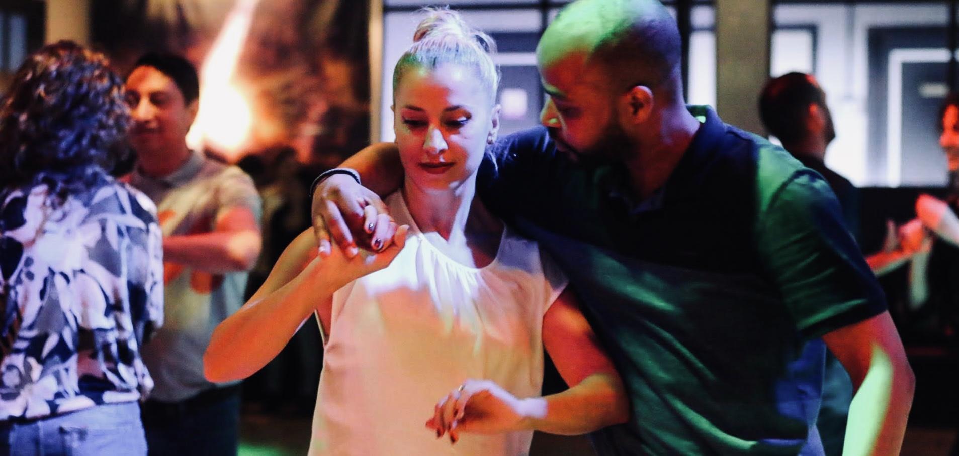 Jornada de clases gratis de iniciación a la Salsa, Bachata o bailes de Salón después de Semana Santa